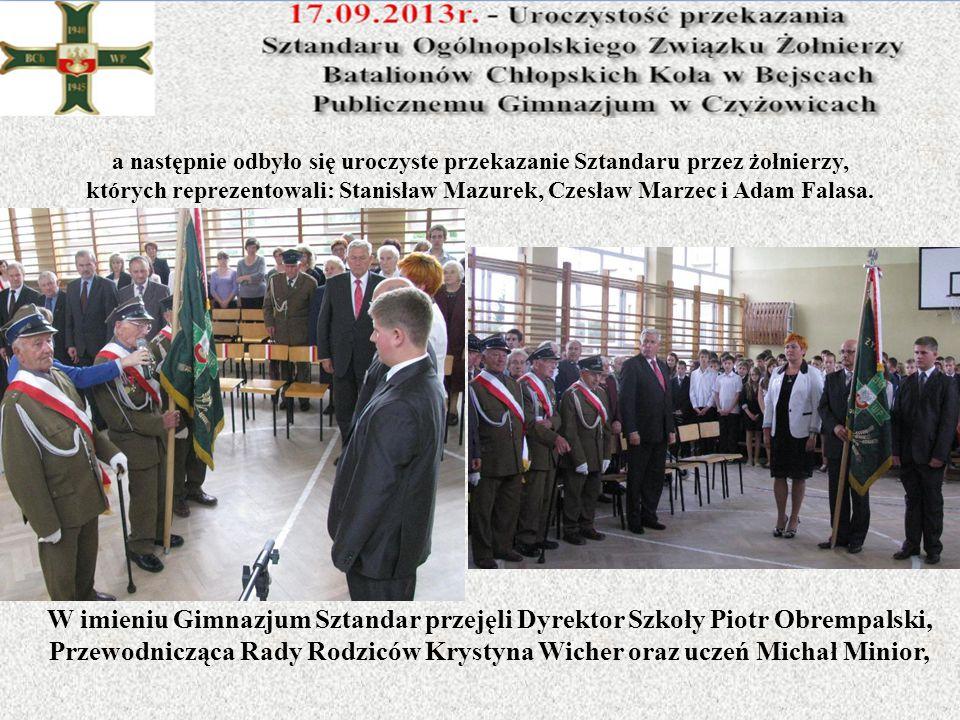 a następnie odbyło się uroczyste przekazanie Sztandaru przez żołnierzy, których reprezentowali: Stanisław Mazurek, Czesław Marzec i Adam Falasa. W imi