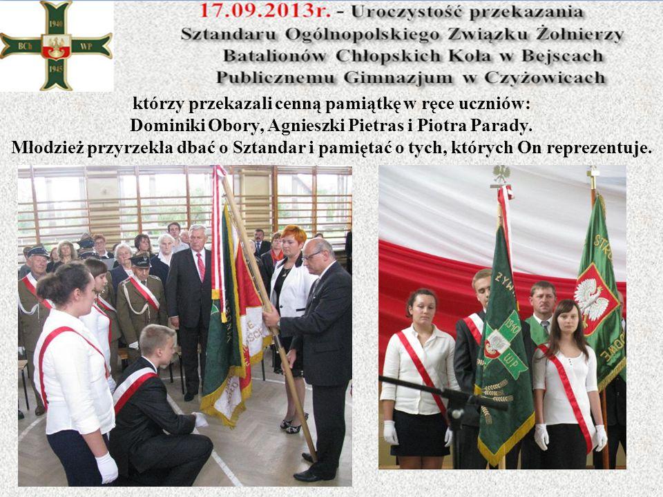 którzy przekazali cenną pamiątkę w ręce uczniów: Dominiki Obory, Agnieszki Pietras i Piotra Parady.