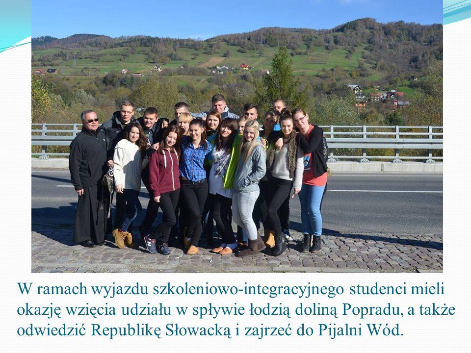 Członkowie Studenckiego Koła Naukowego LEX oraz studenci Administracji wraz z opiekunem Studenckiego Koła Naukowego LEX ks. dr hab. Bogdanem Węgrzynem