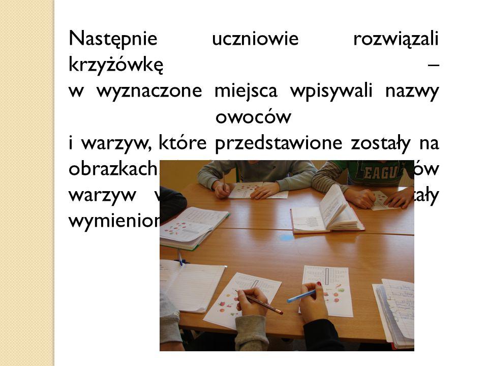 Następnie uczniowie rozwiązali krzyżówkę – w wyznaczone miejsca wpisywali nazwy owoców i warzyw, które przedstawione zostały na obrazkach. Spośród pod