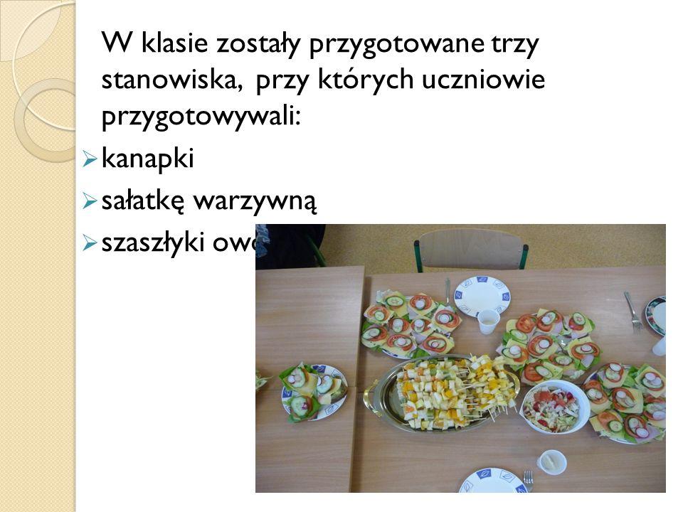 W klasie zostały przygotowane trzy stanowiska, przy których uczniowie przygotowywali:  kanapki  sałatkę warzywną  szaszłyki owocowe