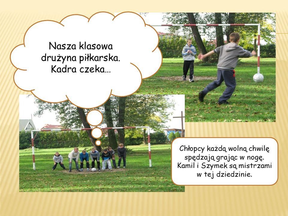 Nasza klasowa drużyna piłkarska. Kadra czeka… Chłopcy każdą wolną chwilę spędzają grając w nogę.