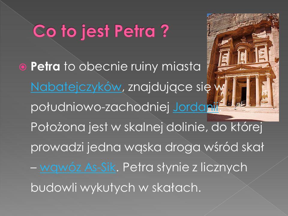  Petra to obecnie ruiny miasta Nabatejczyków, znajdujące się w południowo-zachodniej Jordanii. Położona jest w skalnej dolinie, do której prowadzi je
