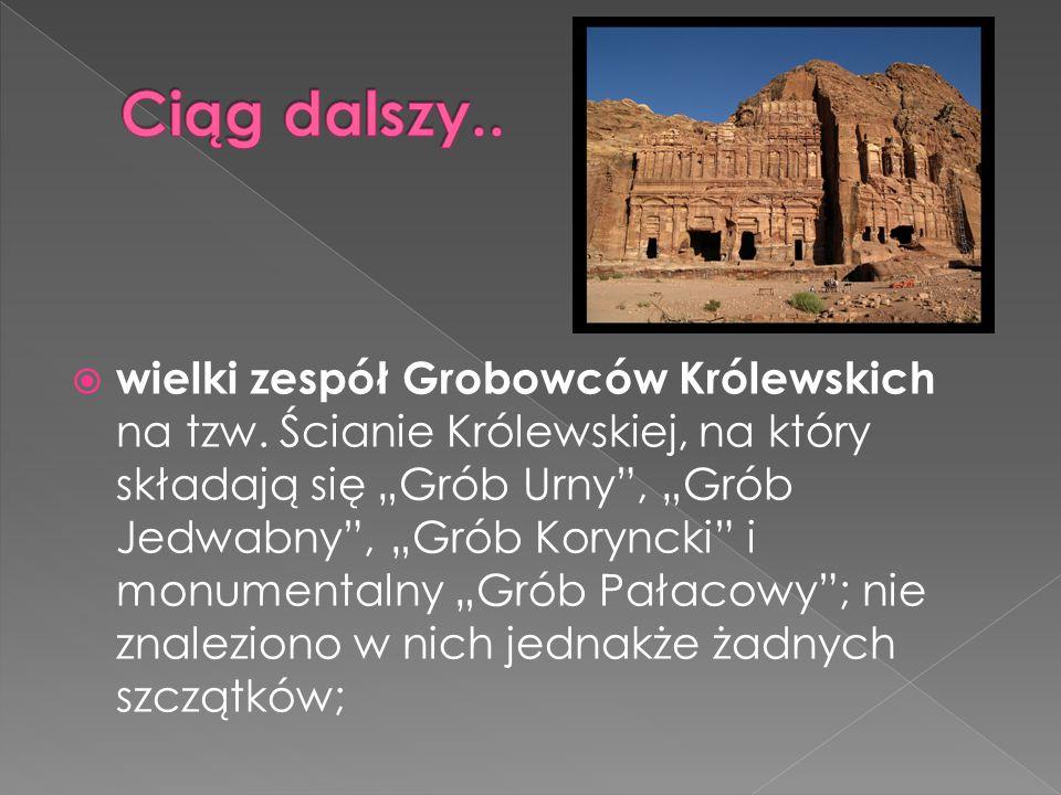 """ wielki zespół Grobowców Królewskich na tzw. Ścianie Królewskiej, na który składają się """"Grób Urny"""", """"Grób Jedwabny"""", """"Grób Koryncki"""" i monumentalny"""