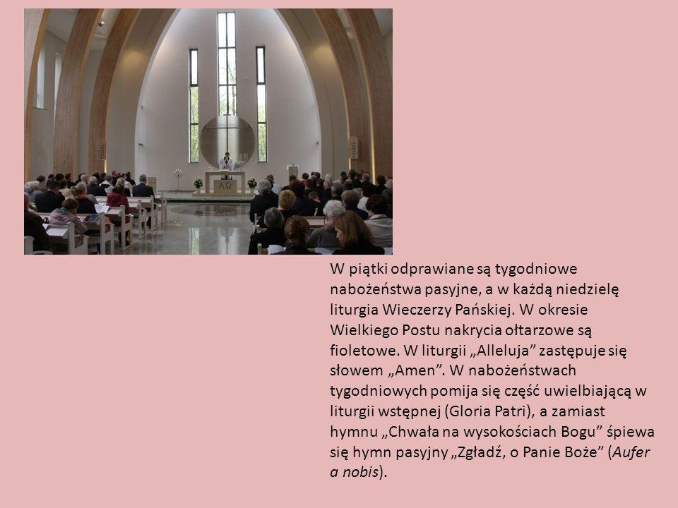 W piątki odprawiane są tygodniowe nabożeństwa pasyjne, a w każdą niedzielę liturgia Wieczerzy Pańskiej. W okresie Wielkiego Postu nakrycia ołtarzowe s