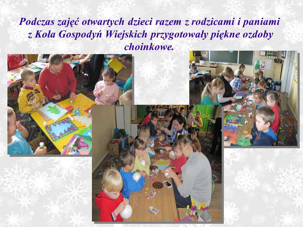 Podczas zajęć otwartych dzieci razem z rodzicami i paniami z Koła Gospodyń Wiejskich przygotowały piękne ozdoby choinkowe.
