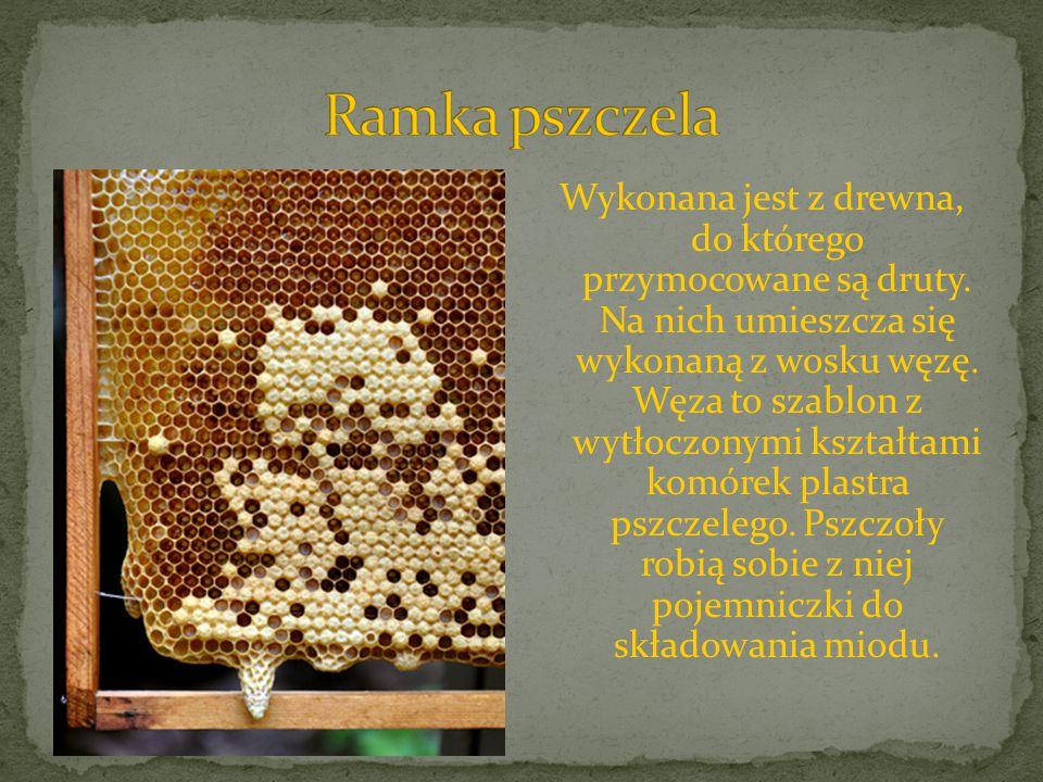 Wykonana jest z drewna, do którego przymocowane są druty. Na nich umieszcza się wykonaną z wosku węzę. Węza to szablon z wytłoczonymi kształtami komór