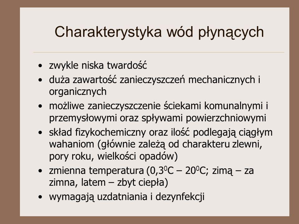 Charakterystyka wód płynących zwykle niska twardość duża zawartość zanieczyszczeń mechanicznych i organicznych możliwe zanieczyszczenie ściekami komunalnymi i przemysłowymi oraz spływami powierzchniowymi skład fizykochemiczny oraz ilość podlegają ciągłym wahaniom (głównie zależą od charakteru zlewni, pory roku, wielkości opadów) zmienna temperatura (0,3 0 C – 20 0 C; zimą – za zimna, latem – zbyt ciepła) wymagają uzdatniania i dezynfekcji