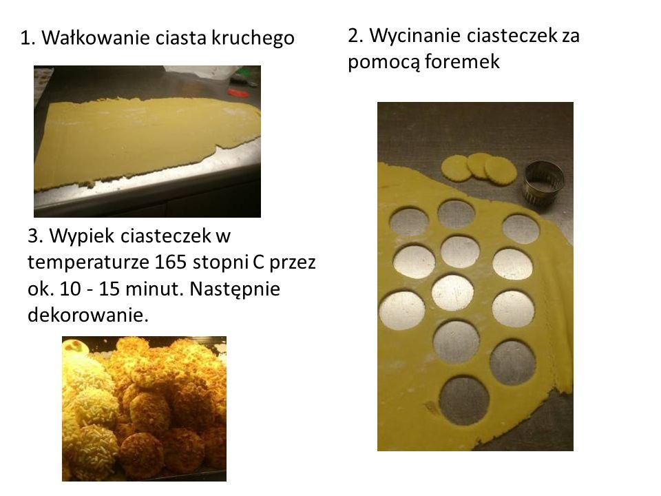 1. Wałkowanie ciasta kruchego 2. Wycinanie ciasteczek za pomocą foremek 3. Wypiek ciasteczek w temperaturze 165 stopni C przez ok. 10 - 15 minut. Nast