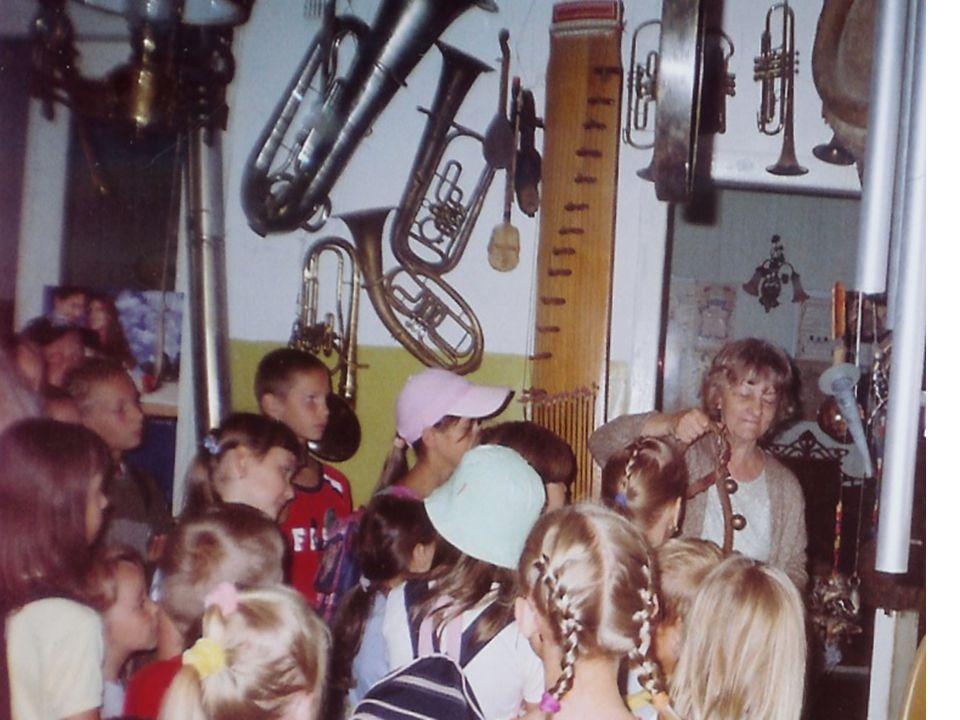 """Projekt """"Kurtyna z programu Dzieci Ulicy Fundacja dla Polski Projekt realizowany wrzesień 2006 – marzec 2007, adresowany do dzieci i ich rodziców z rodzin trudnych (około 47 dzieci i 20 rodziców)."""
