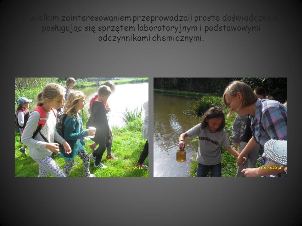 Z wielkim zainteresowaniem przeprowadzali proste doświadczenia, posługując się sprzętem laboratoryjnym i podstawowymi odczynnikami chemicznymi.