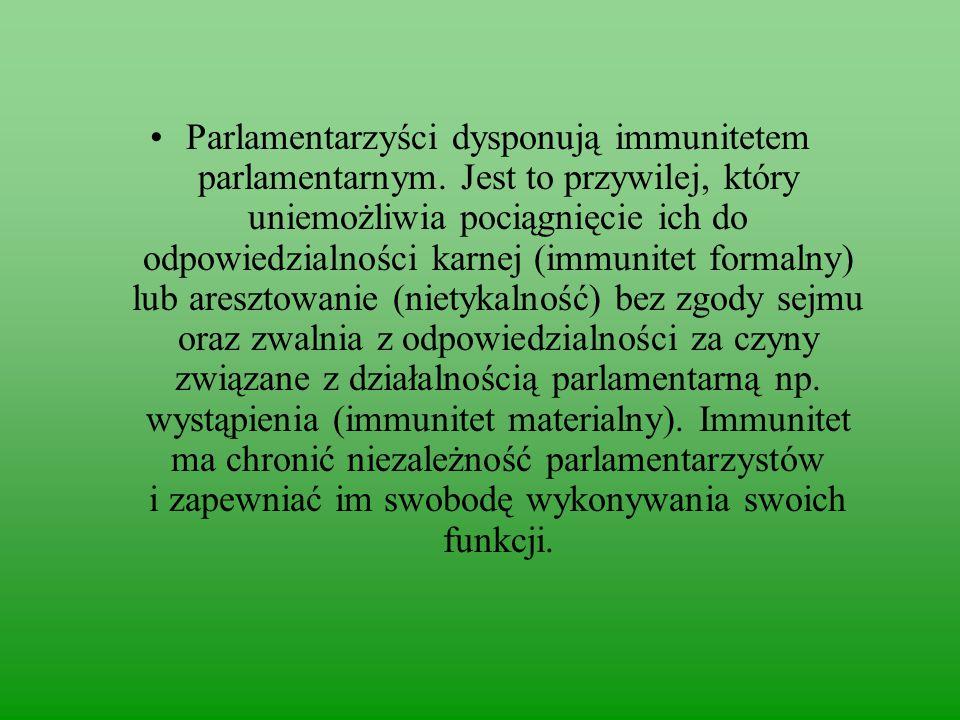 Parlamentarzyści dysponują immunitetem parlamentarnym.