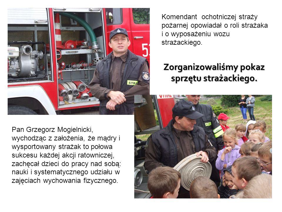 Zorganizowaliśmy pokaz sprzętu strażackiego. Komendant ochotniczej straży pożarnej opowiadał o roli strażaka i o wyposażeniu wozu strażackiego. Pan Gr