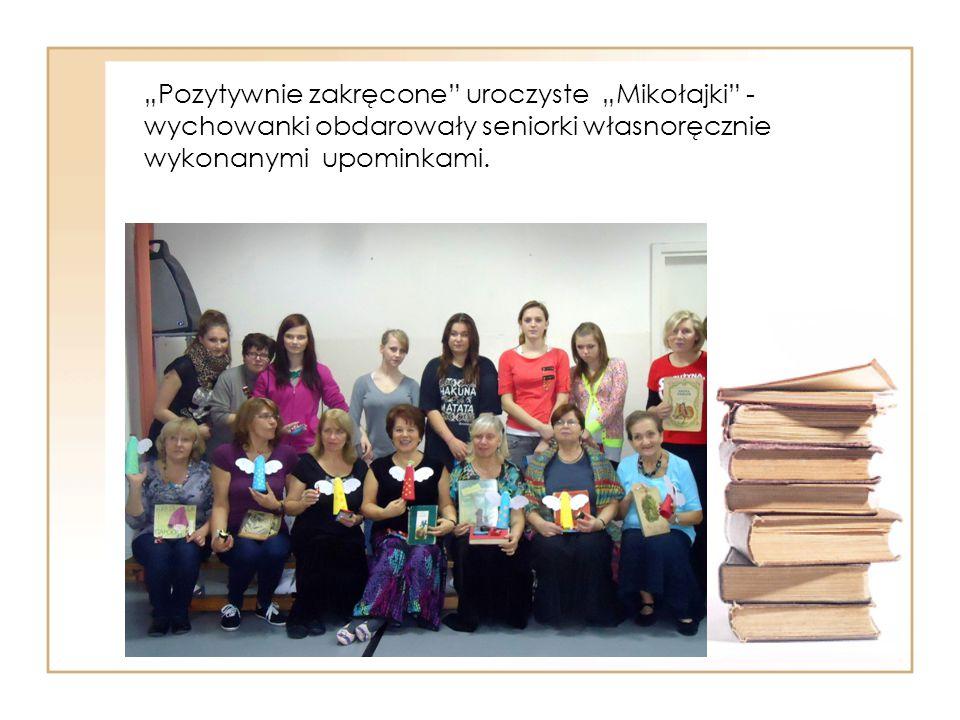 """""""Pozytywnie zakręcone uroczyste """"Mikołajki - wychowanki obdarowały seniorki własnoręcznie wykonanymi upominkami."""