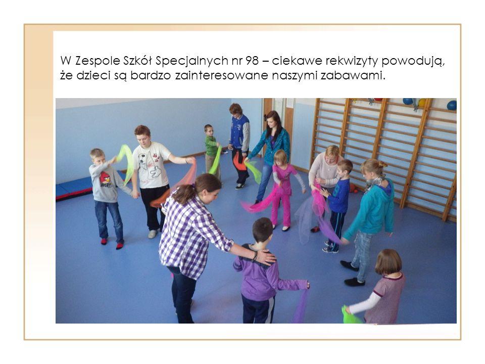 W Zespole Szkół Specjalnych nr 98 – ciekawe rekwizyty powodują, że dzieci są bardzo zainteresowane naszymi zabawami.