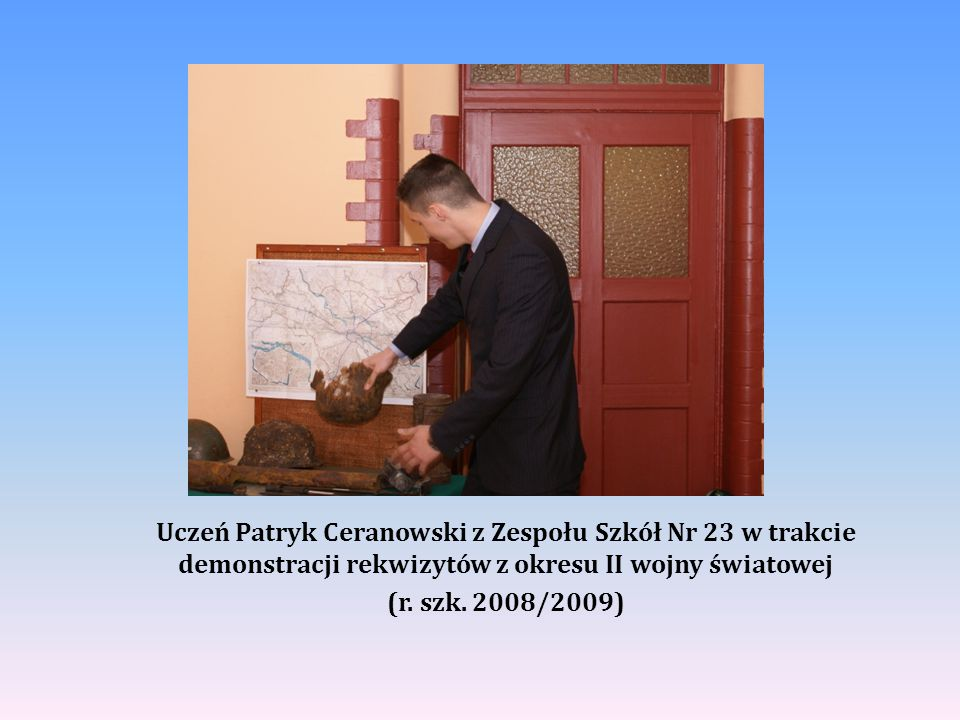 Uczeń Patryk Ceranowski z Zespołu Szkół Nr 23 w trakcie demonstracji rekwizytów z okresu II wojny światowej (r.