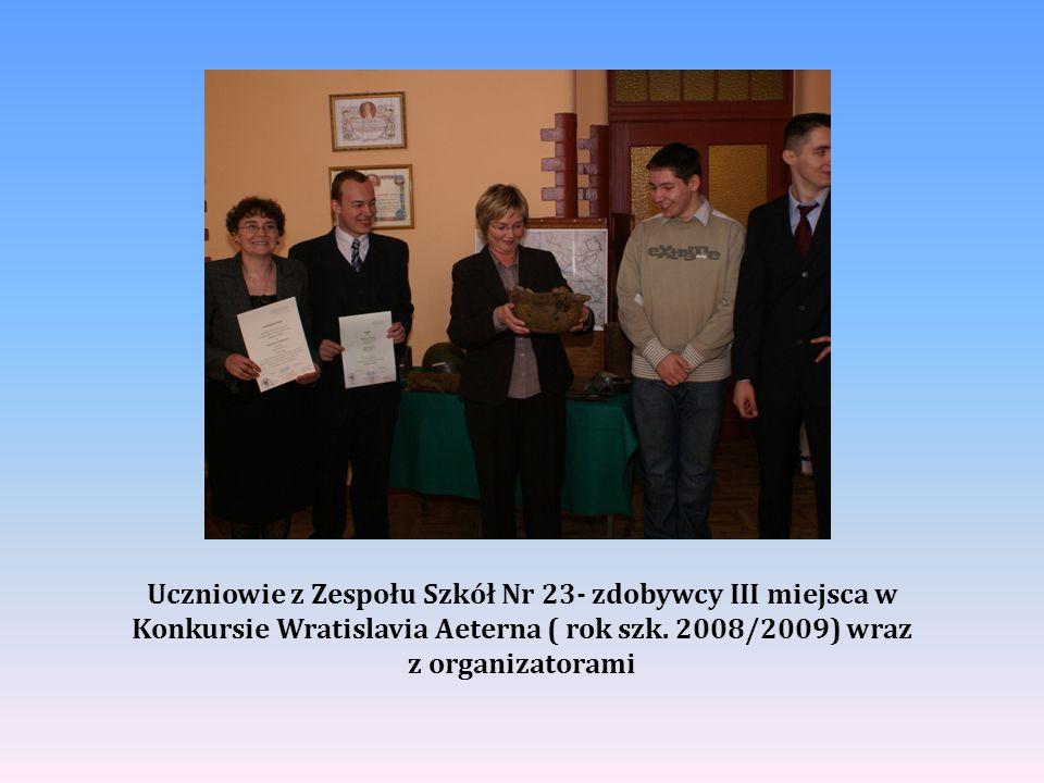 Uczniowie z Zespołu Szkół Nr 23- zdobywcy III miejsca w Konkursie Wratislavia Aeterna ( rok szk. 2008/2009) wraz z organizatorami