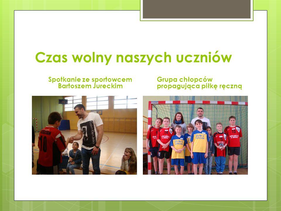Czas wolny naszych uczniów Spotkanie ze sportowcem Bartoszem Jureckim Grupa chłopców propagująca piłkę ręczną