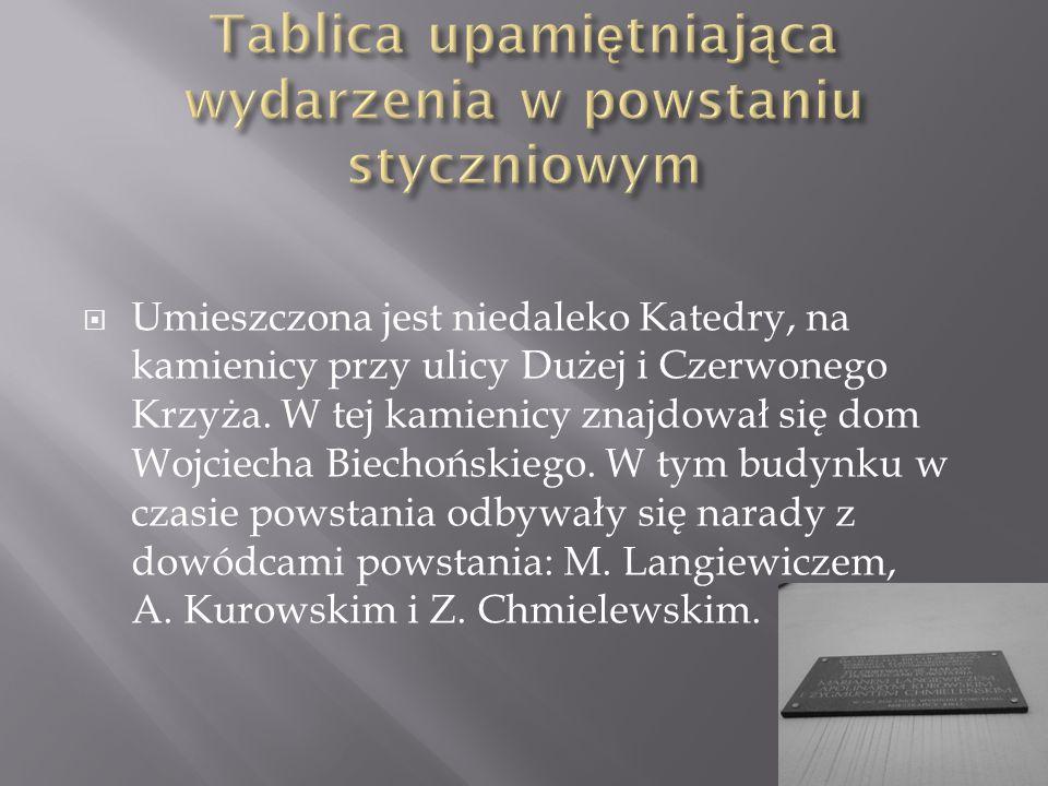  Umieszczona jest niedaleko Katedry, na kamienicy przy ulicy Dużej i Czerwonego Krzyża.
