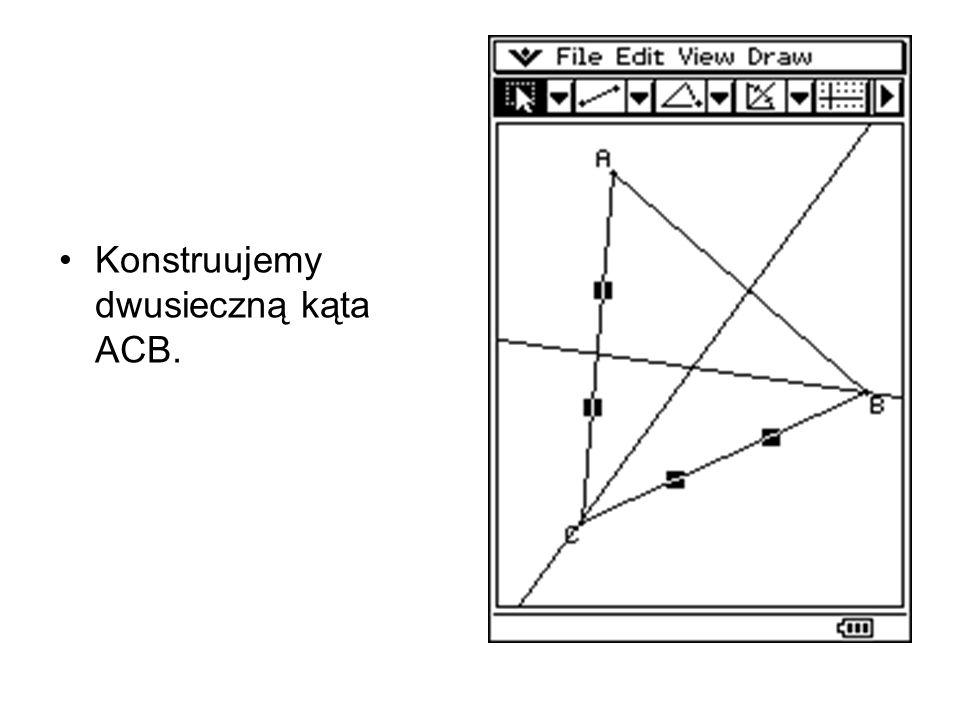 Konstruujemy dwusieczną kąta ACB.