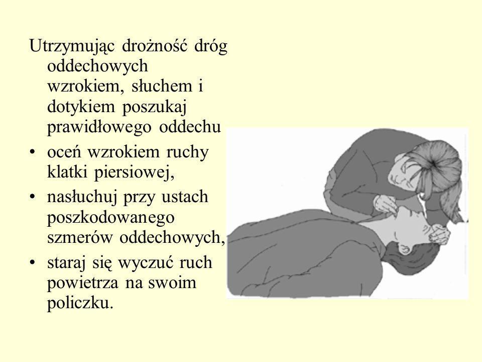 a) stan z boku i nieco za poszkodowanym b) podłóż jedną dłoń na klatce piersiowej poszkodowanego i pochyl go do przodu tak, aby przemieszczone ciało obce mogło przedostać się do ust, a nie przesuwało się w głąb dróg oddechowych c) wykonaj do 5 energicznych uderzeń nadgarstkiem drugiej ręki w okolicę międzyłopatkową