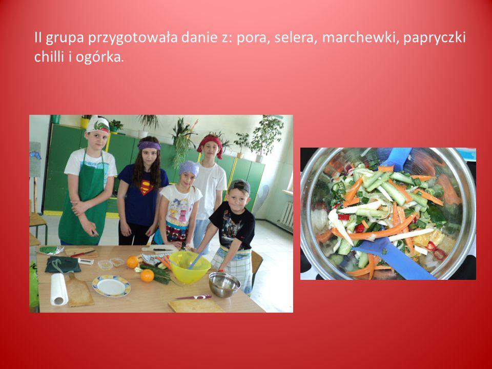 II grupa przygotowała danie z: pora, selera, marchewki, papryczki chilli i ogórka.