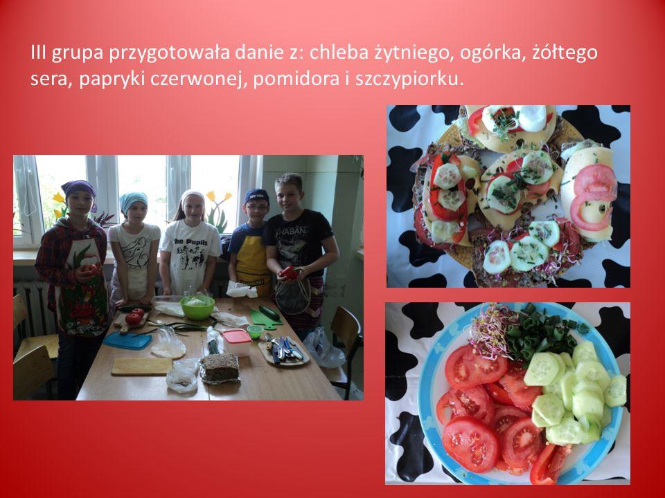 III grupa przygotowała danie z: chleba żytniego, ogórka, żółtego sera, papryki czerwonej, pomidora i szczypiorku.
