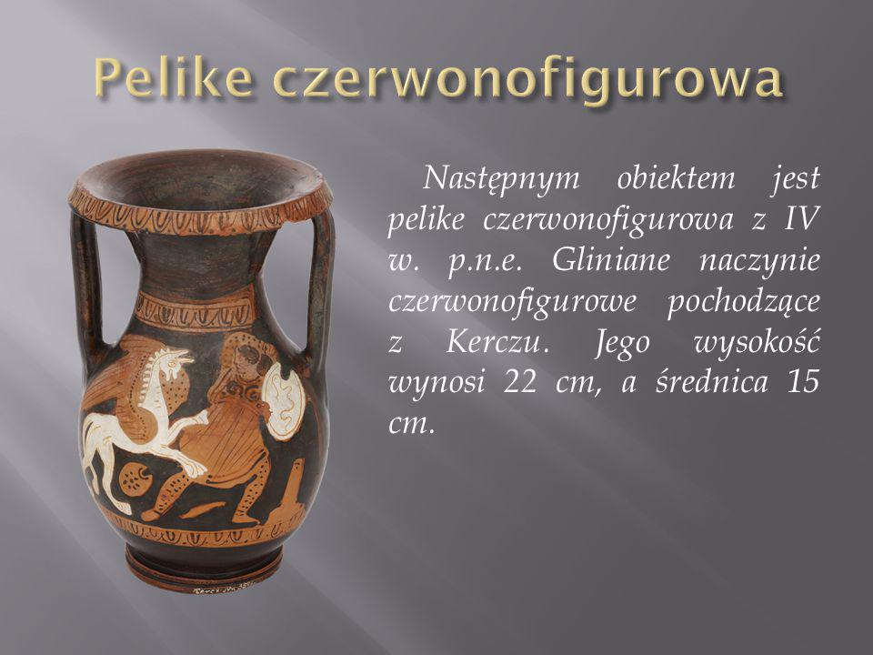 Następnym obiektem jest pelike czerwonofigurowa z IV w. p.n.e. Gliniane naczynie czerwonofigurowe pochodzące z Kerczu. Jego wysokość wynosi 22 cm, a ś