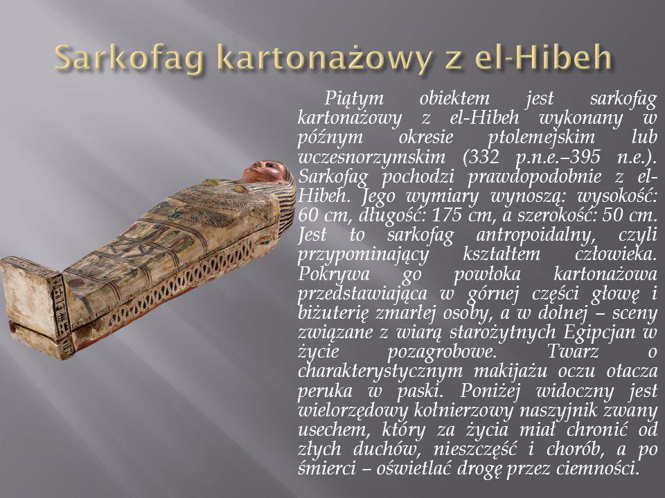 Piątym obiektem jest sarkofag kartonażowy z el-Hibeh wykonany w późnym okresie ptolemejskim lub wczesnorzymskim (332 p.n.e.–395 n.e.). Sarkofag pochod