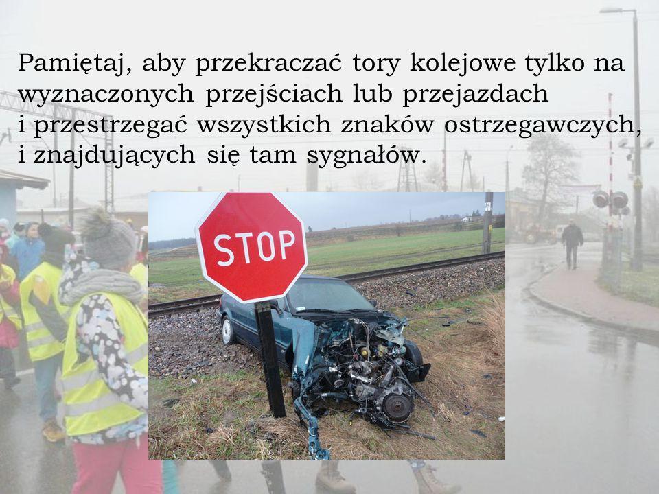 Pamiętaj, aby przekraczać tory kolejowe tylko na wyznaczonych przejściach lub przejazdach i przestrzegać wszystkich znaków ostrzegawczych, i znajdujących się tam sygnałów.