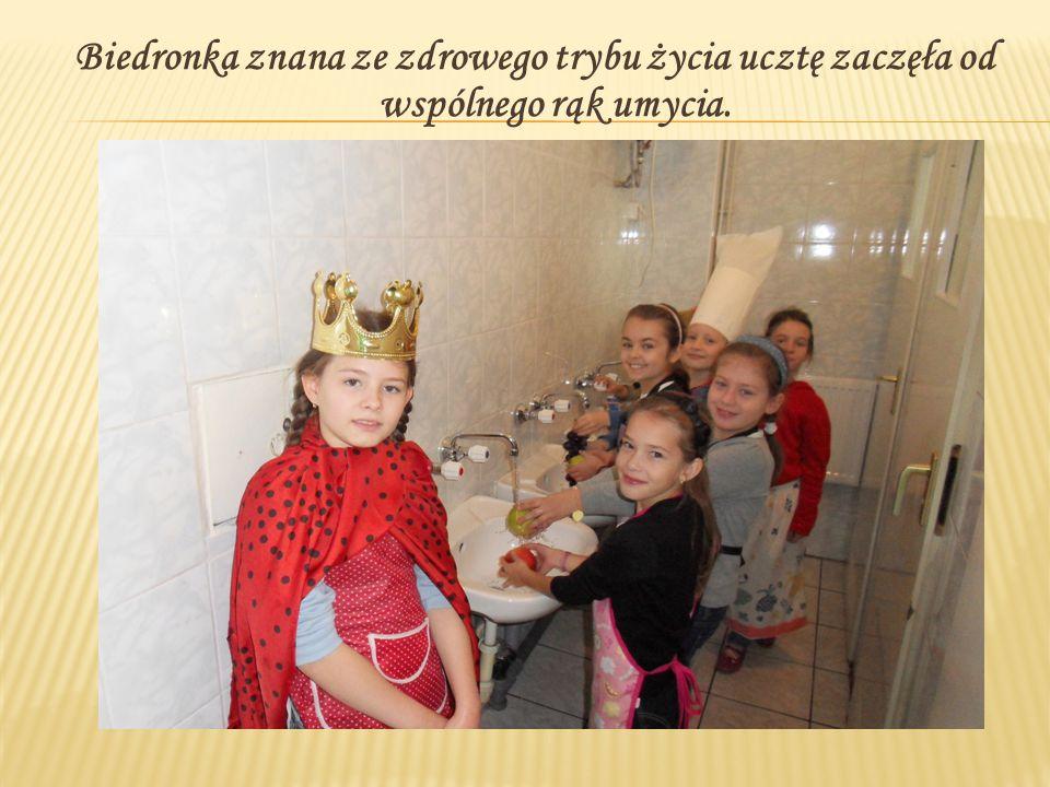 Biedronka znana ze zdrowego trybu życia ucztę zaczęła od wspólnego rąk umycia.