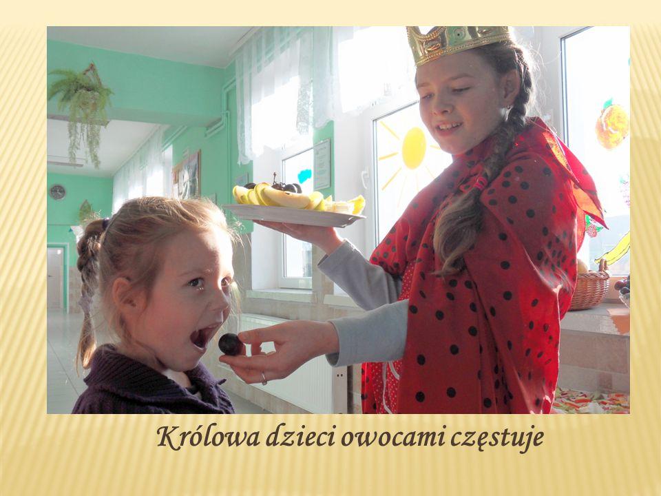 Królowa dzieci owocami częstuje
