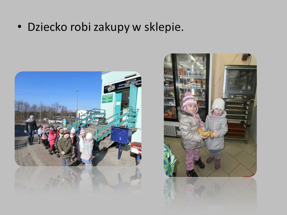 Dziecko robi zakupy w sklepie.