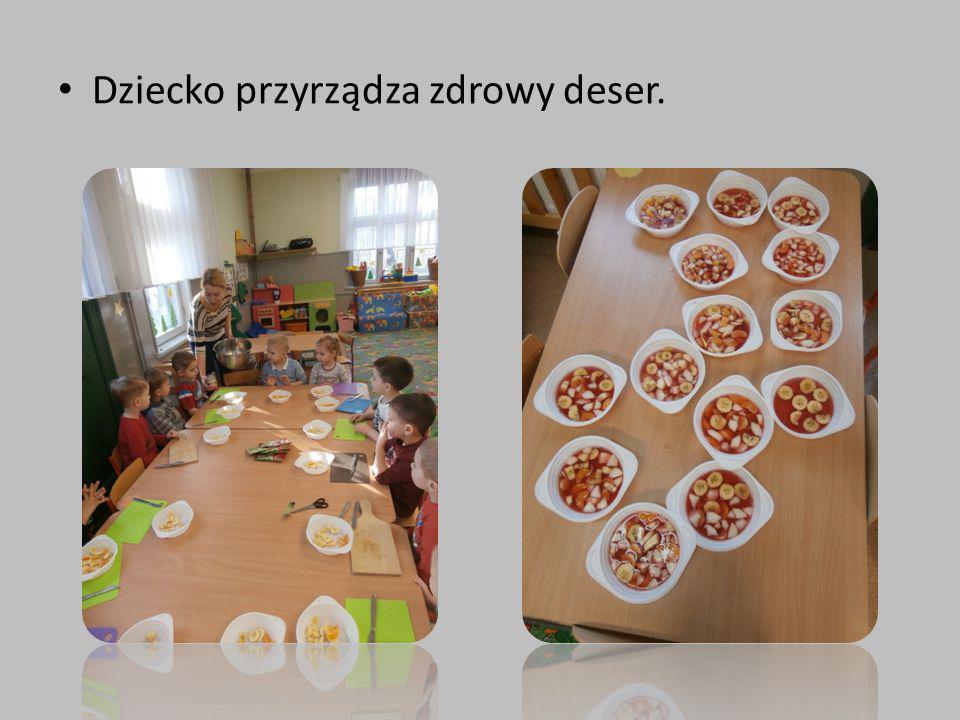 Dziecko przyrządza zdrowy deser.