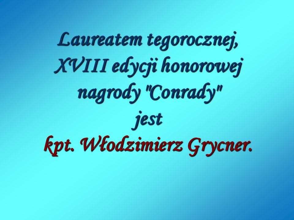 """Komandor Eugeniusz Koczorowski wręcza """"Conrada kapitanowi Włodzimierzowi Grycnerowi."""