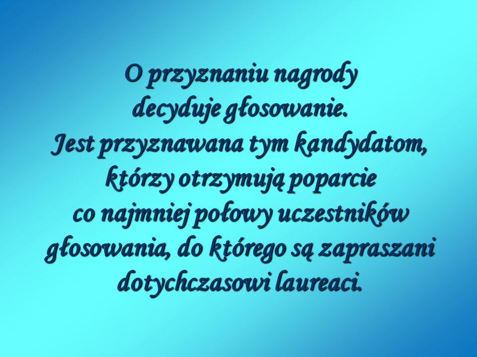 Pani Dyrektor wręcza dyplom kpt. Włodzimierzowi Grycnerowi.
