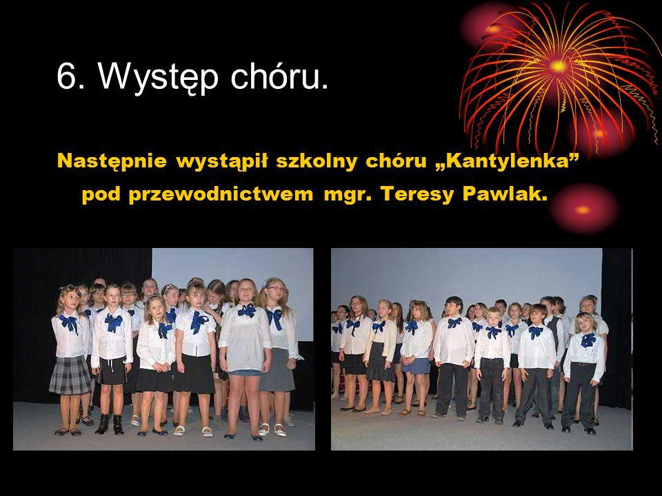 """6. Występ chóru. Następnie wystąpił szkolny chóru """"Kantylenka"""" pod przewodnictwem mgr. Teresy Pawlak."""