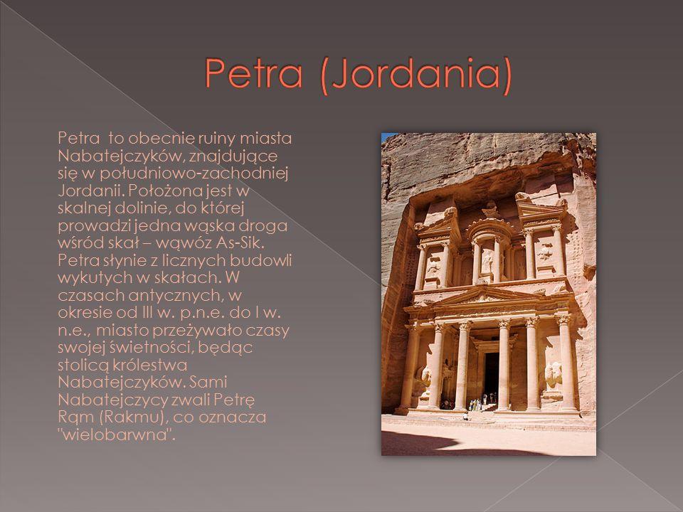 Petra to obecnie ruiny miasta Nabatejczyków, znajdujące się w południowo-zachodniej Jordanii. Położona jest w skalnej dolinie, do której prowadzi jedn