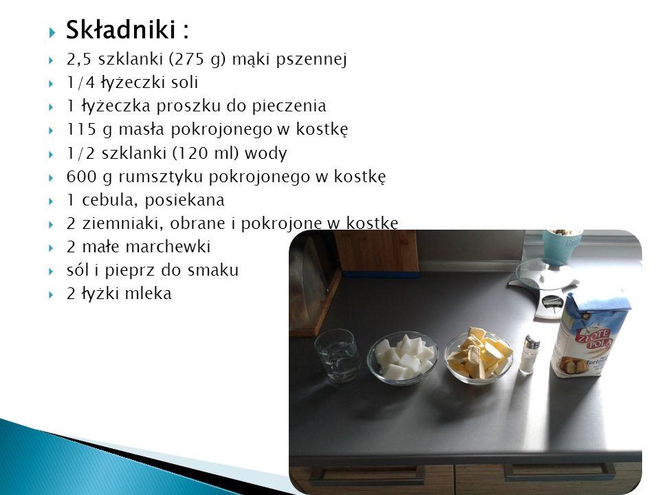  Składniki :  2,5 szklanki (275 g) mąki pszennej  1/4 łyżeczki soli  1 łyżeczka proszku do pieczenia  115 g masła pokrojonego w kostkę  1/2 szklanki (120 ml) wody  600 g rumsztyku pokrojonego w kostkę  1 cebula, posiekana  2 ziemniaki, obrane i pokrojone w kostkę  2 małe marchewki  sól i pieprz do smaku  2 łyżki mleka