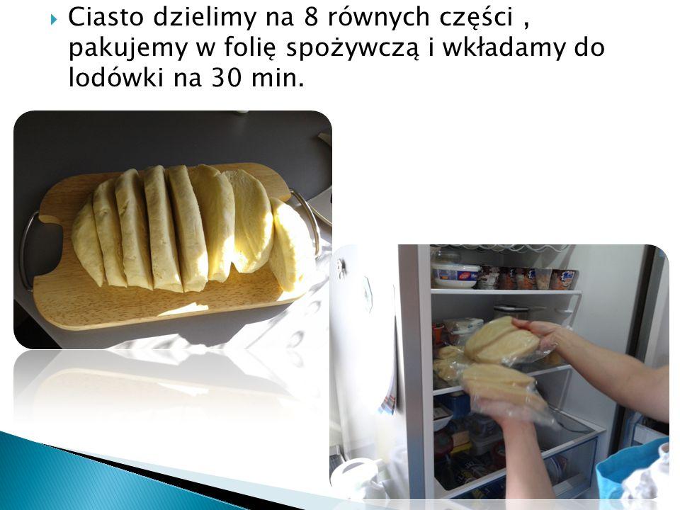 Ciasto dzielimy na 8 równych części, pakujemy w folię spożywczą i wkładamy do lodówki na 30 min.