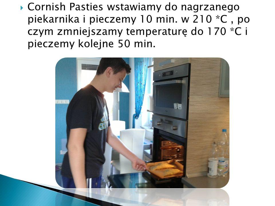  Cornish Pasties wstawiamy do nagrzanego piekarnika i pieczemy 10 min.