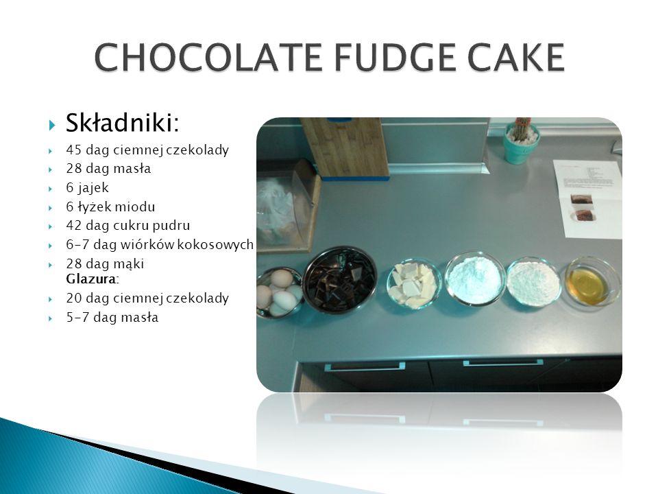  Składniki:  45 dag ciemnej czekolady  28 dag masła  6 jajek  6 łyżek miodu  42 dag cukru pudru  6-7 dag wiórków kokosowych  28 dag mąki Glazura:  20 dag ciemnej czekolady  5-7 dag masła