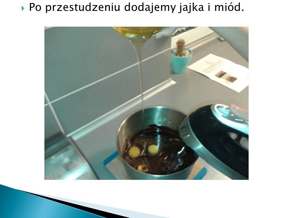  Po przestudzeniu dodajemy jajka i miód.