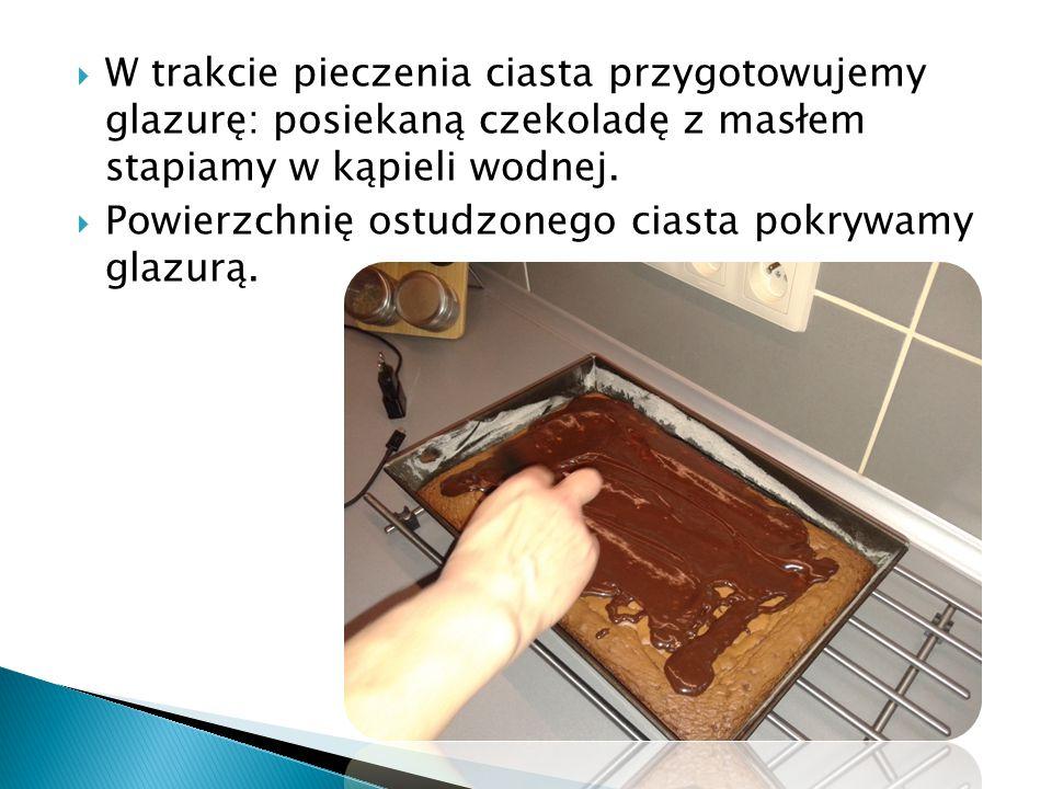  W trakcie pieczenia ciasta przygotowujemy glazurę: posiekaną czekoladę z masłem stapiamy w kąpieli wodnej.