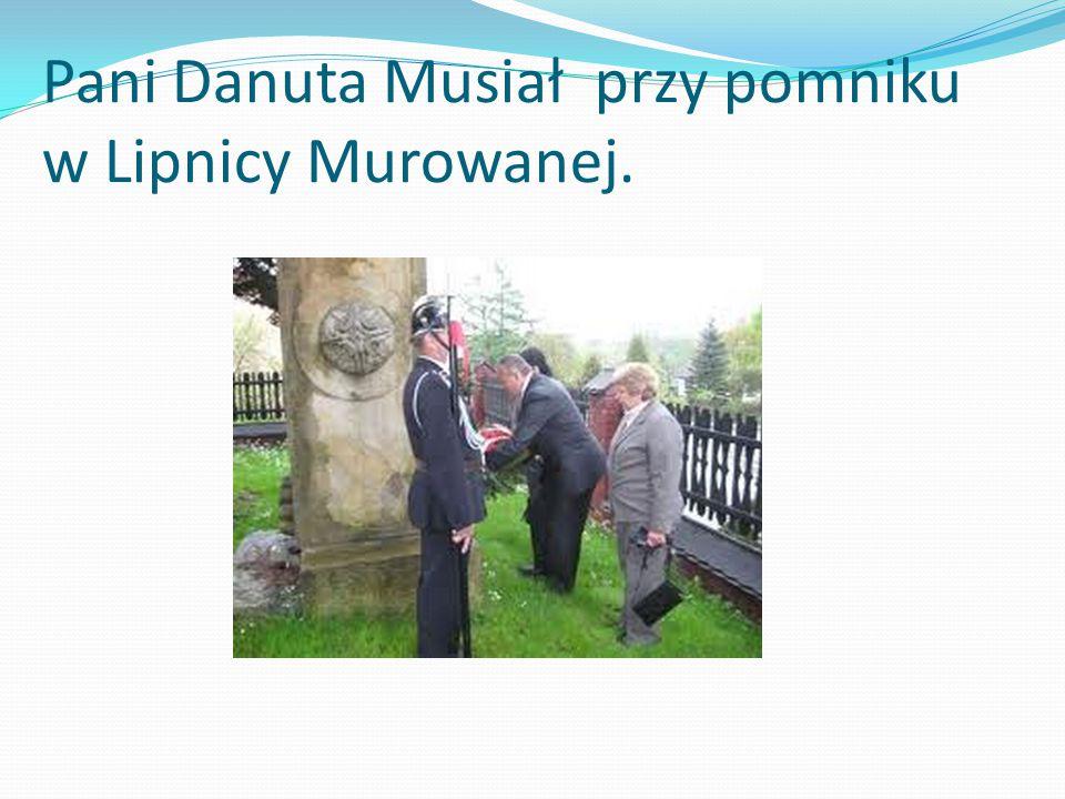 Pani Danuta Musiał przy pomniku w Lipnicy Murowanej.