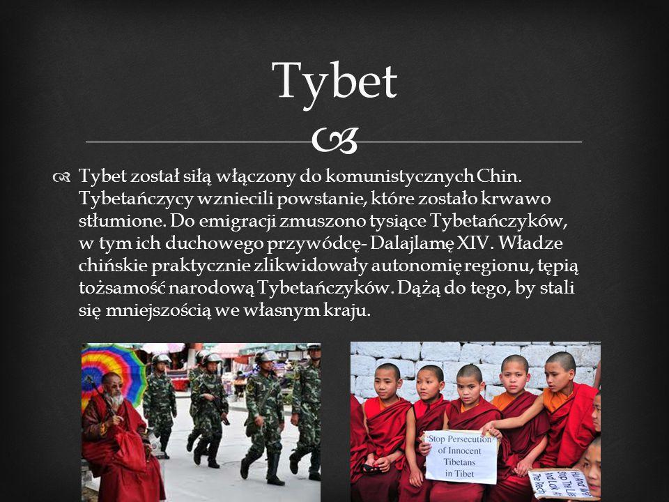   Tybet został siłą włączony do komunistycznych Chin. Tybetańczycy wzniecili powstanie, które zostało krwawo stłumione. Do emigracji zmuszono tysiąc