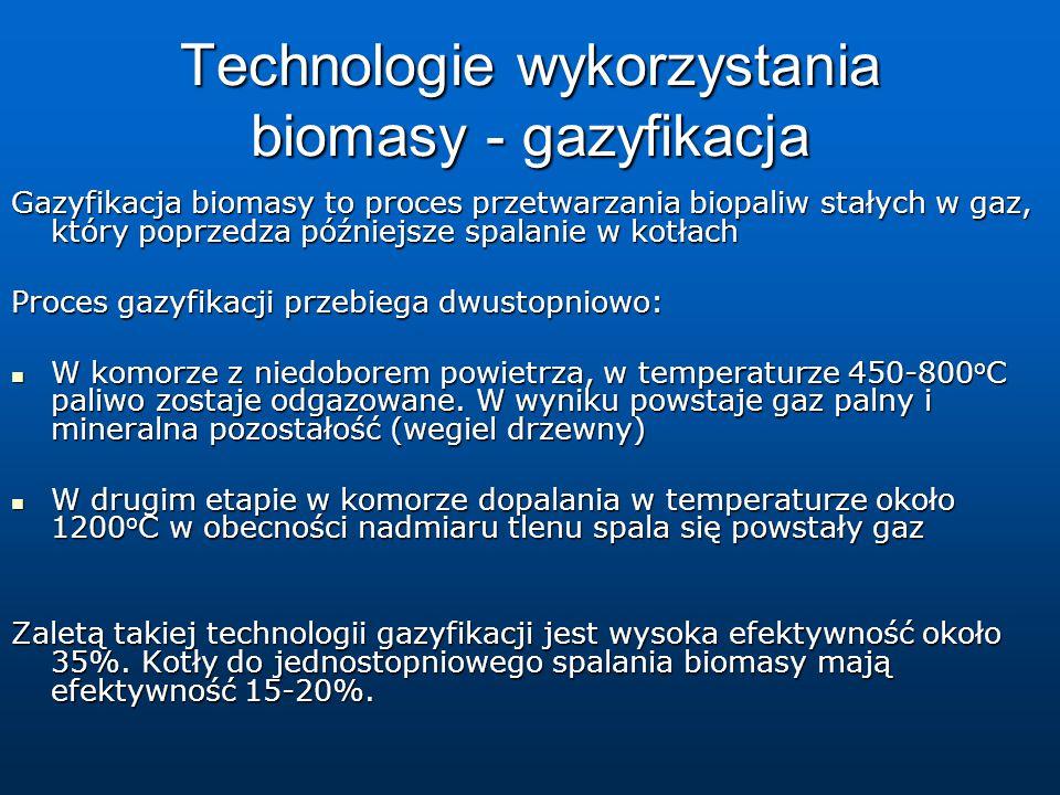 Technologie wykorzystania biomasy - gazyfikacja Gazyfikacja biomasy to proces przetwarzania biopaliw stałych w gaz, który poprzedza późniejsze spalanie w kotłach Proces gazyfikacji przebiega dwustopniowo: W komorze z niedoborem powietrza, w temperaturze 450-800 o C paliwo zostaje odgazowane.
