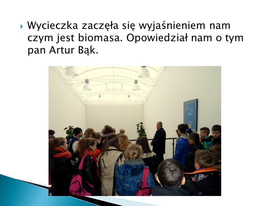  Wycieczka zaczęła się wyjaśnieniem nam czym jest biomasa. Opowiedział nam o tym pan Artur Bąk.