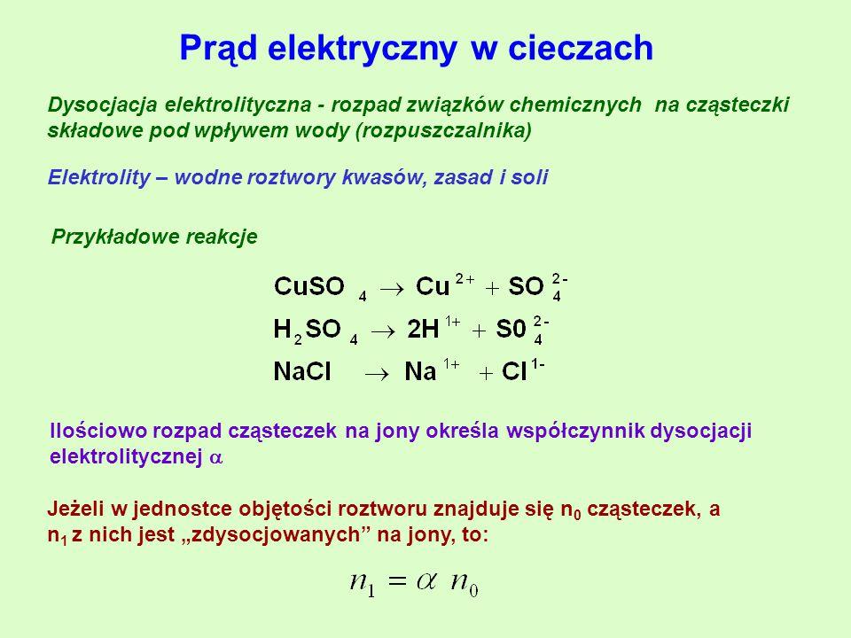 """Prąd elektryczny w cieczach Dysocjacja elektrolityczna - rozpad związków chemicznych na cząsteczki składowe pod wpływem wody (rozpuszczalnika) Elektrolity – wodne roztwory kwasów, zasad i soli Przykładowe reakcje Ilościowo rozpad cząsteczek na jony określa współczynnik dysocjacji elektrolitycznej  Jeżeli w jednostce objętości roztworu znajduje się n 0 cząsteczek, a n 1 z nich jest """"zdysocjowanych na jony, to:"""