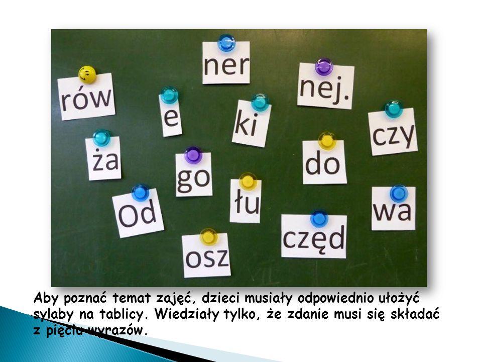 Aby poznać temat zajęć, dzieci musiały odpowiednio ułożyć sylaby na tablicy. Wiedziały tylko, że zdanie musi się składać z pięciu wyrazów.
